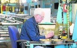 Adulto mayor trabajando